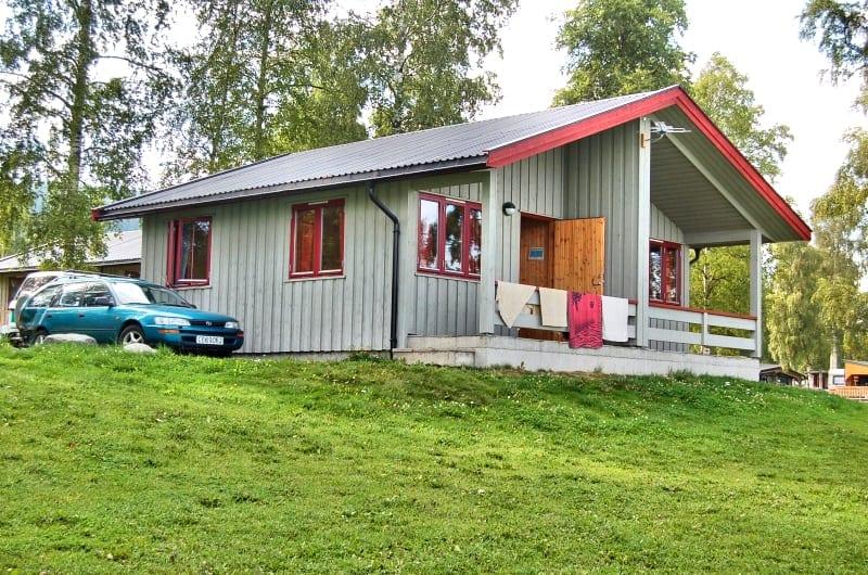 grå og rød hytte på biristrand camping