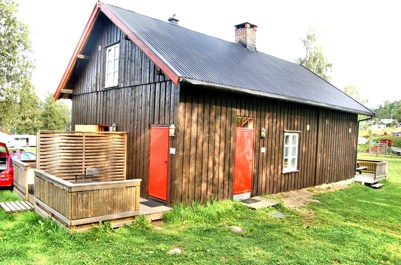 brun hytte på biristrand camping