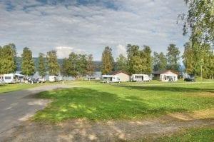 grønn plen på biristrand camping