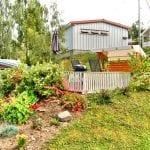 hvit hytte og blomster på biristrand camping