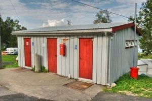toaletter med røde dører